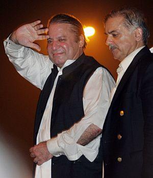 El ex primer ministro Nawaz Sharif, seguido por su hermano Shabaz. (Foto: AP)