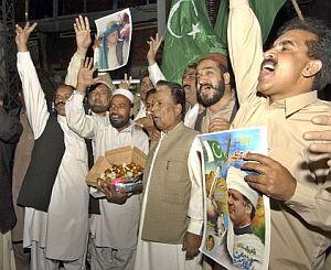 Un grupo de partidarios de Sharif espera su llegada. (Foto: AFP)