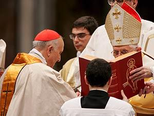 Benedicto XVI impone el anillo cardenalicio al nuevo cardenal Agustín García-Gasco, arzobispo de Valencia. (Foto: EFE)