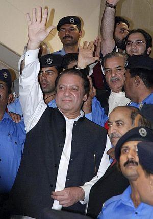 Nawaz Sharif, rodeado de policías, saluda a sus seguidores. (Foto: AFP)