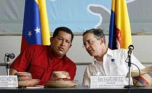 El venezolano Hugo Chávez y el colombiano Álvaro Uribe, en una fotografía de archivo. (Foto: EFE)