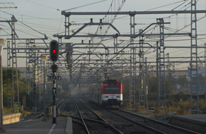 Un tren de la C-2 circula por la zona de Bellvitge. (Foto: Quique García)