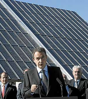 Zapatero se dirige a los medios delante de un panel solar. (Foto: Javi Martínez)