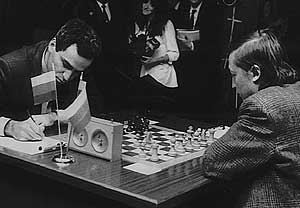 Partida entre Kasparov (izda.) y Karpov celebrada en Linares en 1994. (Foto: EFE)