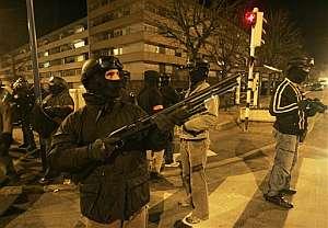 Un grupo de agentes de uniforme y con ropa de calle. (Foto: AP)