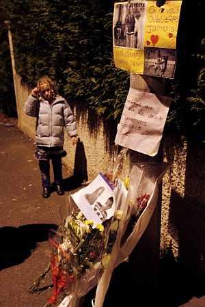 Una niña posa junto al lugar donde fallecieron los dos jóvene sel domingo. (Foto: AFP)