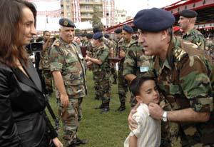 Sleiman abraza a un niño durante un acto militar. (Foto: REUTERS)