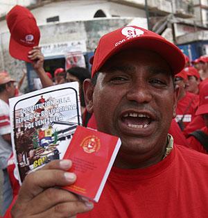 Un hombre muestra la constitución durante una marcha de apoyo a Chávez. (Foto: EFE)