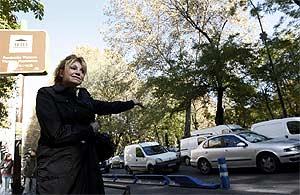 La baronesa Thyssen señala el tráfico del Paseo del Prado en su rueda de prensa del miércoles. (EFE)