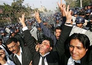 Un abogado herido participa en la manifestación contra Musharraf. (Foto: AP)