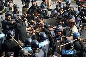 Varios policías golpean con sus porras a un abogado. (Foto: AFP)