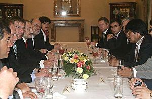 Los embajadores de los países de la UE en una reunión con el presidente Evo Morales para pedirle respeto a la legalidad tras los disturbios de Sucre. (Foto: EFE)