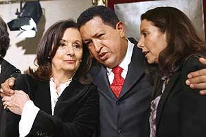 Hugo Chávez abraza a la madre de Ingrid Betancourt, Yolanda Pulecio, y a su hermana Astrid. (Foto: AFP)