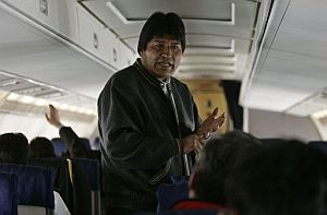 Morales habla con periodistas en el avión presidencial. (Foto: EFE)