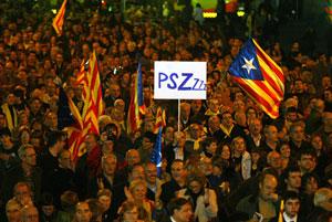 La multitud de ciudadanos que ha asistido a la marcha. (Foto: Antonio Moreno)