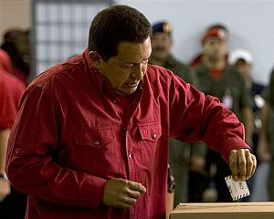 Momento en el que Chávez depositó su voto. (Foto: AP)