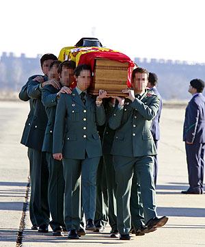 Varios guardias civiles portan el féretro de su compañero. (Foto: EFE)