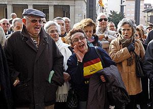 Un grupo de personas protesta durante la concentración silenciosa en Zaragoza. (Foto: EFE)