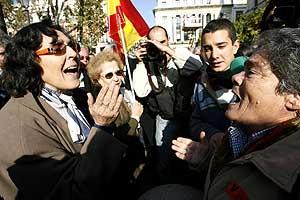 Discusión entre asistentes a la protesta de Sevilla. (Foto: REUTERS)