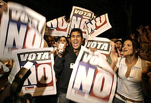 Un grupo de venezolanos celebra la victoria del 'no'. (Foto: REUTERS)