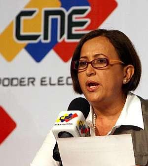La presidenta del Consejo Nacional Electoral de Venezuela (CNE), Tibisay Lucena, anuncia los resultados del referendo. (Foto: EFE)