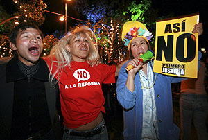 Varios venezolanos salen a la calle a celebrar el 'no'. (Foto: REUTERS)