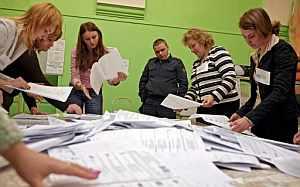 Funcionarios electorales abren las cajas con las papeletas en un centro de votaciones de San Petersburgo. (Foto: EFE)