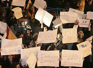 Carteles contra la política antiterrorista del Ejecutivo. (Foto: AFP)