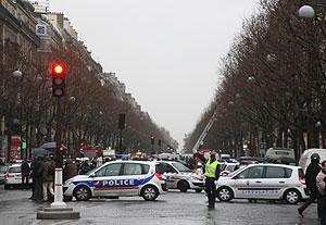 La Policía francesa cerca del lugar de la explosión del paquete bomba. (Foto: AFP)