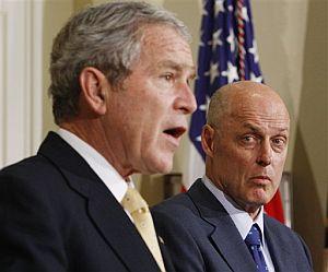 Bush, junto a Paulson, durante la rueda de prensa. (Foto: AP)