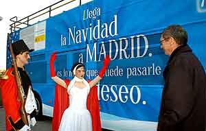 El alcalde de Madrid en la presentación del Bus de la Navidad. (Foto: EFE).