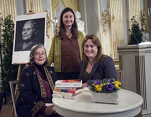 La hija y las nietas de la Premio Nobel, en la lectura del discurso en Estocolmo, a la que la escritora no pudo acudir. (Foto: AFP)