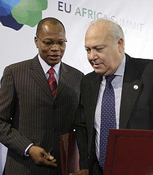 Moratinos y el presidente de la Comunidad Económica de Estados de Africa Occidental (CEDEAO), Mohamed Ibn Chambas, tras la firma de un acuerdo. (Foto: EFE)