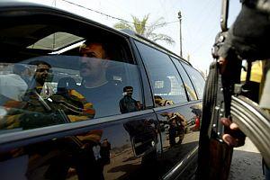 Un vehículo pasa por un control de la guerrilla suní. (Foto: AFP)