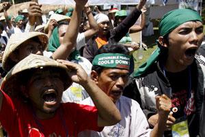 Activistas ambientales se manifiestan cerca del centro de convenciones donde se celebra la Cumbre del Clima en Bali. (Foto: EFE)
