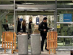 La policía inspecciona el lugar donde los ladrones hicieron el alunizaje. (J. Villanueva)