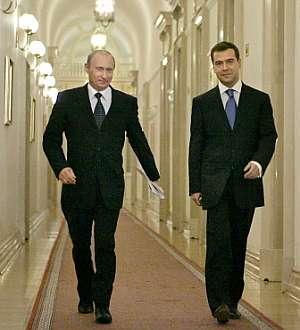 Putin y Medvedev recorren un pasillo del Kremlin. (Foto: AFP)