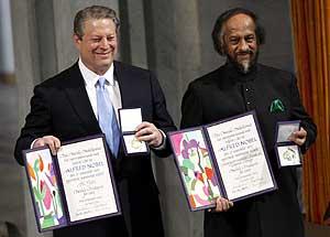 Gore y Pachauri muestran la medalla y el diploma acreditativos del Nobel (Foto: AFP)
