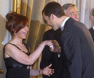 El Príncipe Felipe saluda a la presidenta argentina, Cristina Fernández. (Foto: AP)