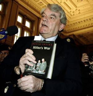 David Irving, con un ejemplar de uno de sus libros, antes de entrar a juicio en Viena en febrero de 2006. (Foto: AP)