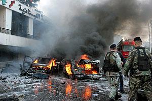 Vehículos en llamas tras la explosión en Beirut. (Foto: EFE)
