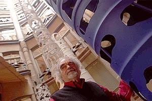 El artista, junto a una de sus obras durante una exposición en La Pedrera. (Foto: Domènec Umbert)