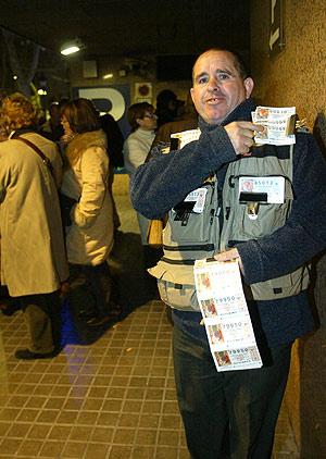 Luis, el vendedor de lotería que lleva a cabo la reventa. (Foto: Antonio Moreno)
