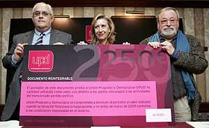 Rosa Díez, Mikel Buesa y Fernando Savater muestran un documento de 'financiación ciudadana'. (Foto: EFE)