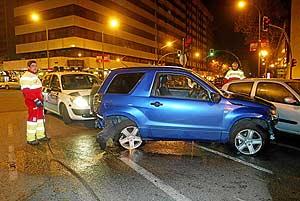 Dos de los vehículos contra los que chocó el aparcacoches en la calle Infanta Mercedes. (Foto: Julio Palomar)