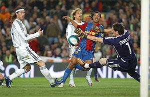 Casillas detiene un disparo de Ronaldinho en el Barça-Madrid de la pasada temporada. (Foto: Antonio Moreno)