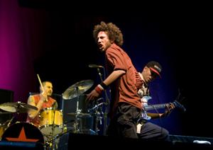 De izquierda a derecha, Brad Wilk, Zack de la Rocha y Tom Morello en el concierto de Coachella. (Foto: Isaac Hernández)