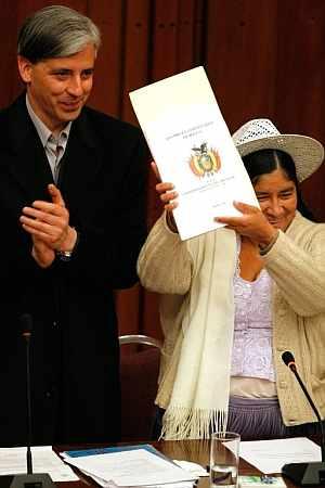 La presidenta de la Asamblea Constituyente, la quechua Silvia Lazarte, junto al presidente del Congreso y vicepresidente de Bolivia. (Foto: EFE)