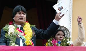 El presidente de Bolivia, Evo Morales, saluda a los bolivianos en La Paz (Foto: AFP)