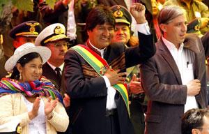 La presidente de la Asamblea Constituyente, la quechua Silvia Lazarte (I), el presidente de Bolivia, Evo Morales (C), y su vicepresidente, Alvaro García Linera. (Foto: EFE)